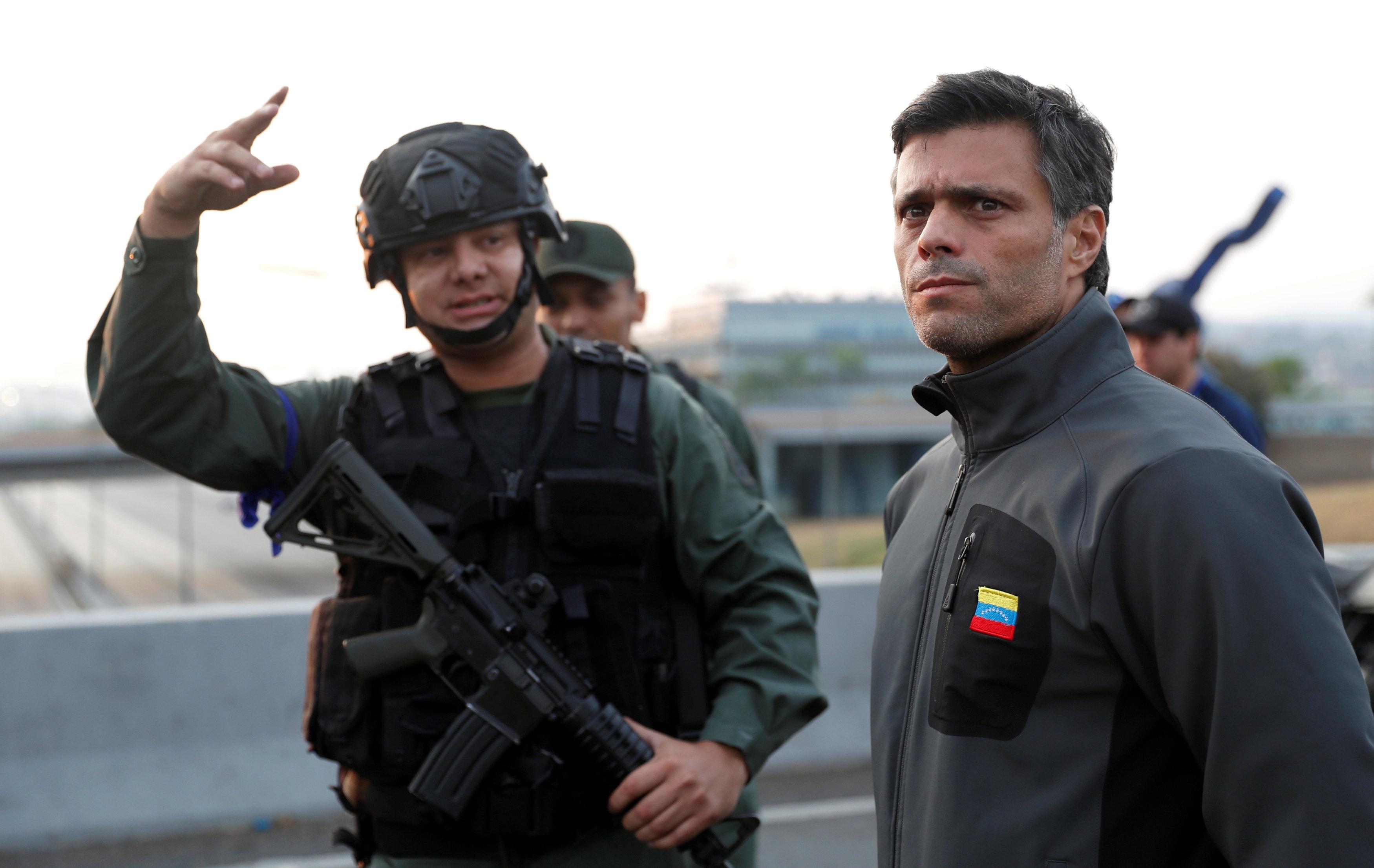 El líder opositor venezolano Leopoldo López es visto cerca de la base aérea 'La Carlota' en Caracas (Reuters)