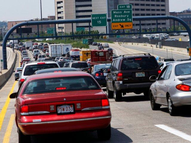 El tránsito se apropia de las carreteras de Boston después de un accidente vial (AP Images)
