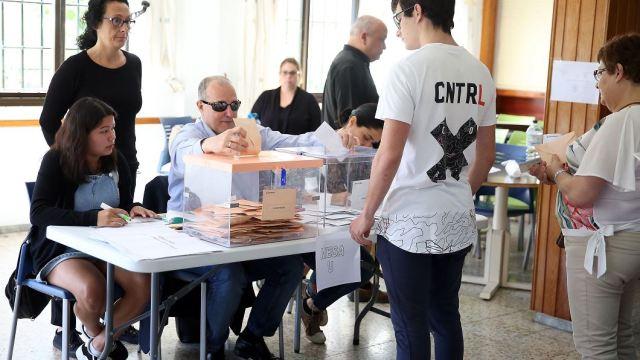 fOTO:Antonio Acosta es el primer ciudadano sordociego de España al que le ha tocado presidir una mesa electoral, 28 abril 2019