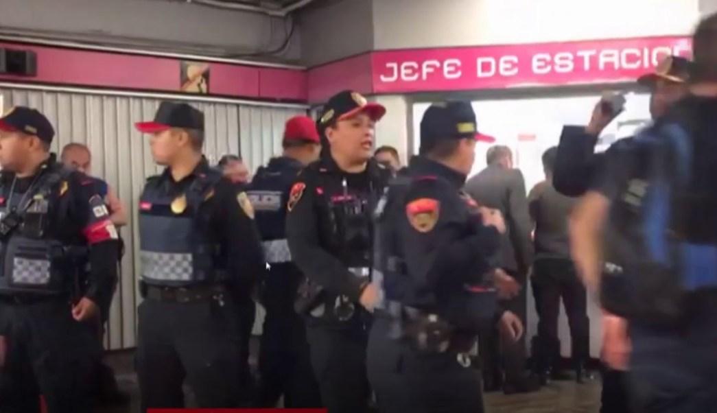 FOTO: Paramédicos atendieron a una mujer embarazada en el interior de la estación del Metro Balderas, de la Línea 1, 4 abril 2019
