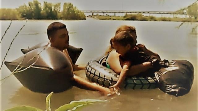 Desesperados, migrantes hondureños intentan cruzar el Río Bravo para llegar a EEUU
