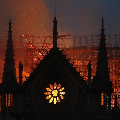 Bomberos de París dudan poder controlar incendio en Notre Dame
