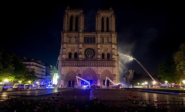 Foto: Bomberos de París sofocan incendio en la catedral de Notre Dame. El 15 de abril de 2019