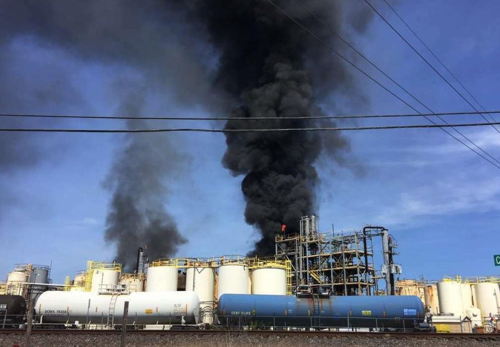 Foto: Bomberos del condado de Harris en Texas, EEUU, combaten incendio en la planta química KMCO. El 2 de abril de 2019