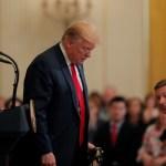 Foto: El presidente de Estados Unidos, Donald Trump, mira al suelo durante un evento con militares en la Casa Blanca. El 18 de abril de 2019
