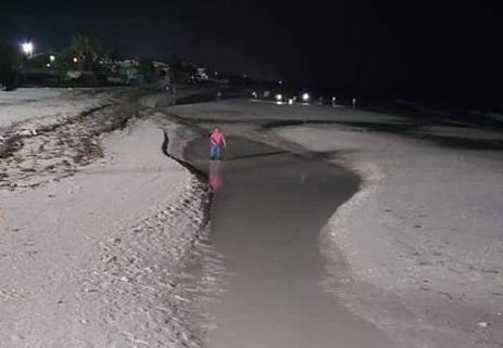 Foto: Un hombre camina por la playa de Puerto Telchac, Yucatán, después que el mar se alejó. El 23 de abril de 2019