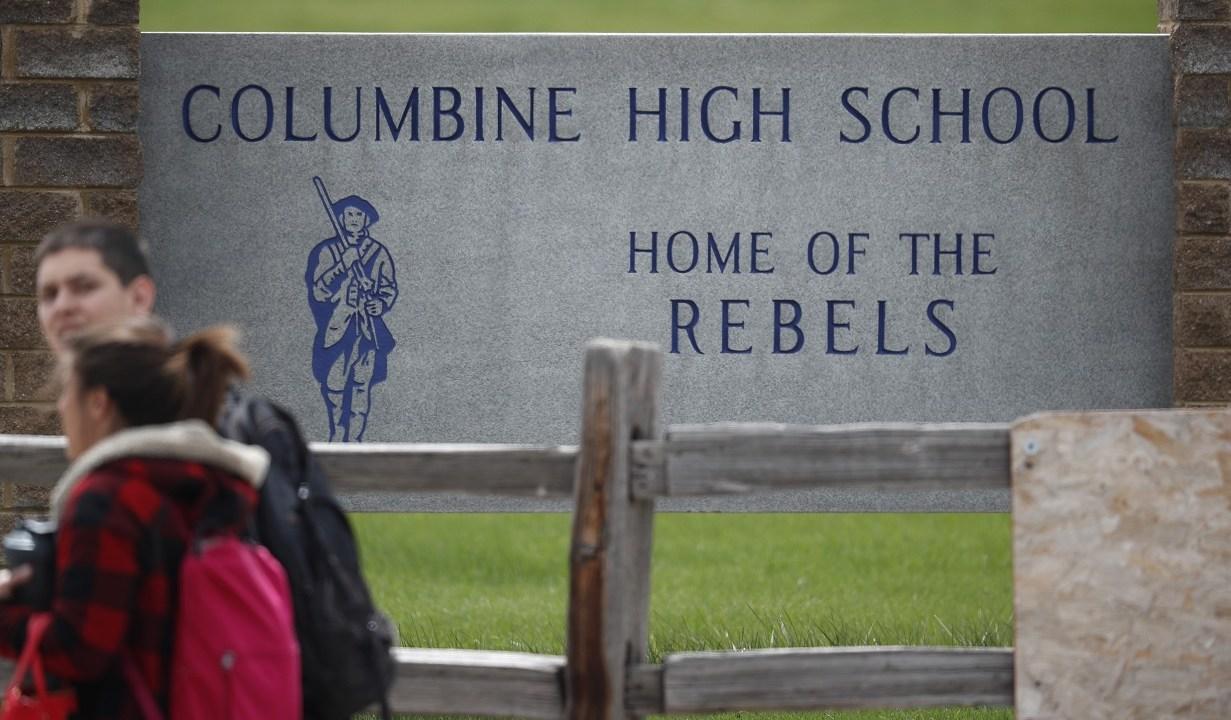 Foto: Los estudiantes abandonan Columbine High School el martes 16 de abril de 2019, en Littleton, Colorado, EEUU