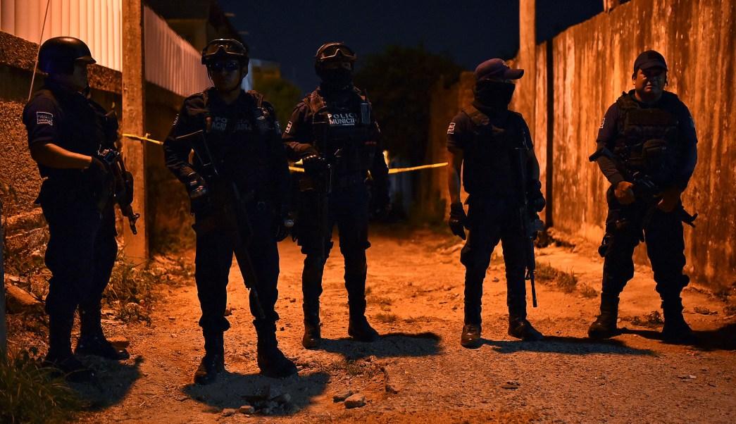 """Foto: Policías vigilan el bar """"Los Potros"""", en Minatitlán, Veracruz, después que un comando armado dispara contra una multitud. El 19 de abril de 2019"""
