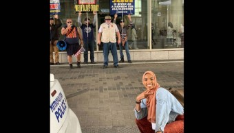 """Foto de mujer que """"sonríe ante la intolerancia"""" se vuelve viral 25 abril 2019"""