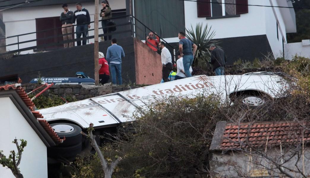 Foto: Un autobús cayó de una colina en Canico, en la isla portuguesa de Madeira. El 17 de abril de 2019