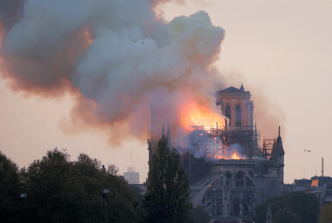 Foto: Fuerte incendio en la Catedral de Notre Dame. (Reuters)