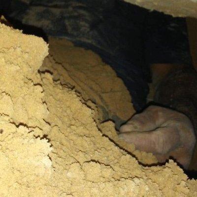 Hombre queda atrapado en túnel que cavó para espiar a expareja