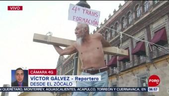 Hombre se 'crucifica' en el Zócalo de la CDMX