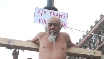 FOTO Un manifestante, adulto mayor, se 'crucifica' frente a Palacio Nacional (FOROtv)