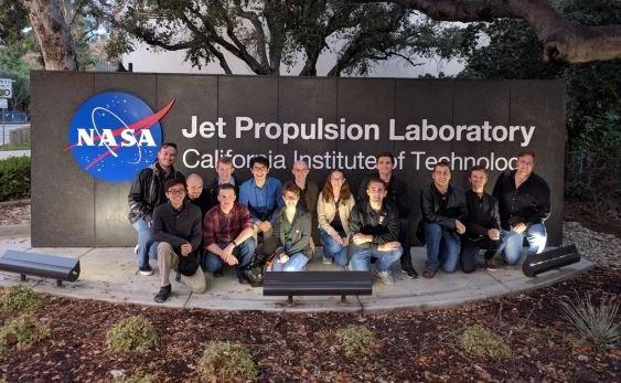 Jaime Sánchez de la Vega y sus compañeros de la Universidad Estatal de Arizona (ASU) en el Laboratorio de Propulsión a Chorro de la NASA, en California (Jaime Sánchez de la Vega)