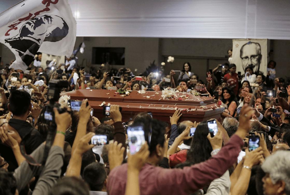 Foto: La gente se acerca al féretro de Alan García, 18 de abril de 2019, Perú