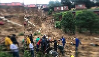 Foto: Varias personas revisan el terreno tras una gran tormenta en Durban, Sudáfrica., 24 abril 2109