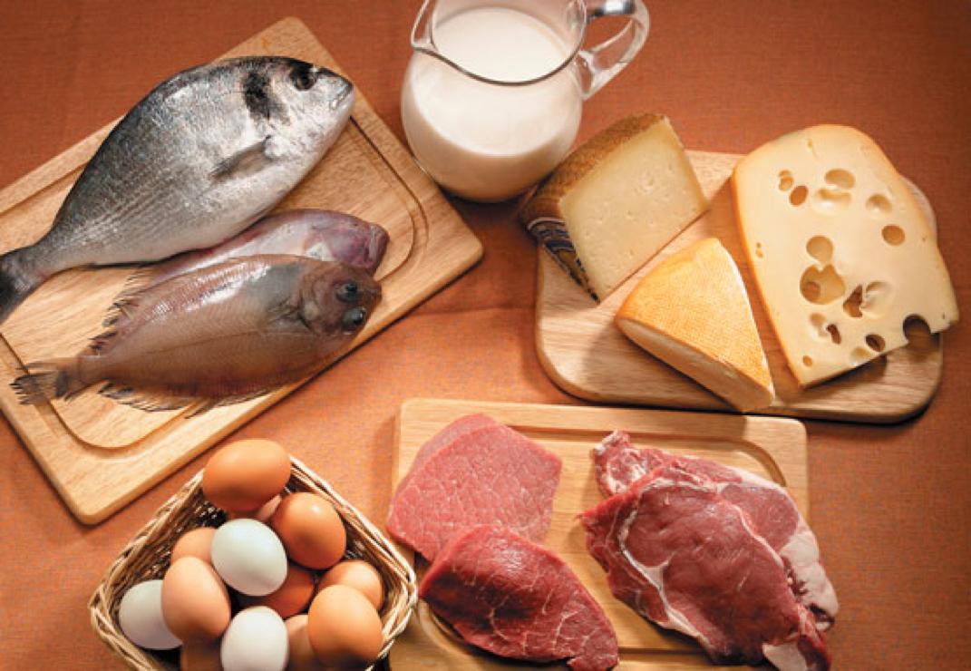 Los alimentos de origen animal contienen todos los aminoácidos esenciales requeridos para crear proteínas. Sin embargo, su ingesta también trae excesos de grasa y metabolismo pesado (GettyImages)