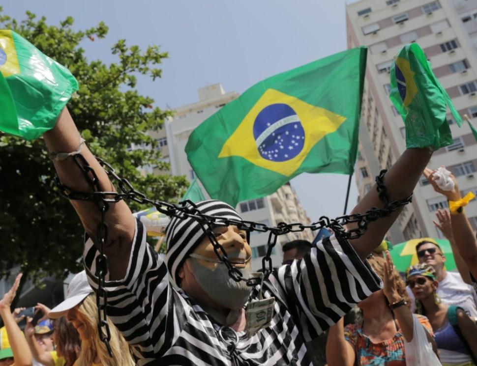 Foto: Un manifestante con un disfraz que representa al expresidente de Brasil, Luiz Inácio Lula da Silva, como prisionero, asiste a una protesta contra la corrupción, 7 de abril de 2019 (Reuters)