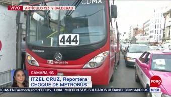 Foto: Metrobús y auto compacto chocan en Balderas
