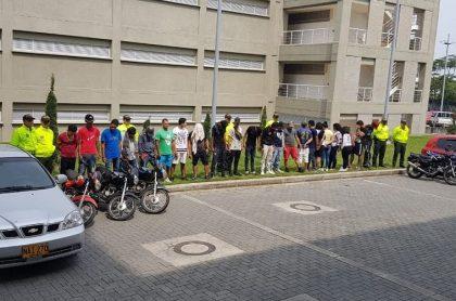 Miembros de la banda de delincuentes capturados dentro de las instalaciones de una escuela primaria de Tolima, Colombia (Caracol TV)