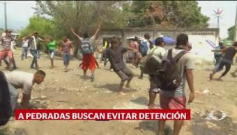 FOTO: Migrantes centroamericanos agreden a pedradas a policías federales, 19 ABRIL 2019