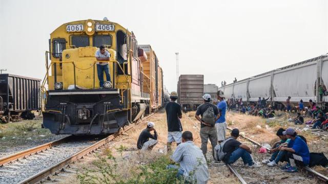 Foto: migrantes centroamericanos esperan abordar 'La Bestia', 29 de abril 2019. EFE