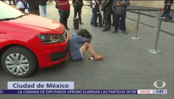 Mujer se sienta frente a Palacio Nacional y exige reunión con AMLO