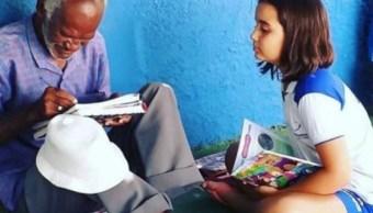 Foto Niña de 9 años enseña a leer y escribir a vendedor de helados 30 abril 2019