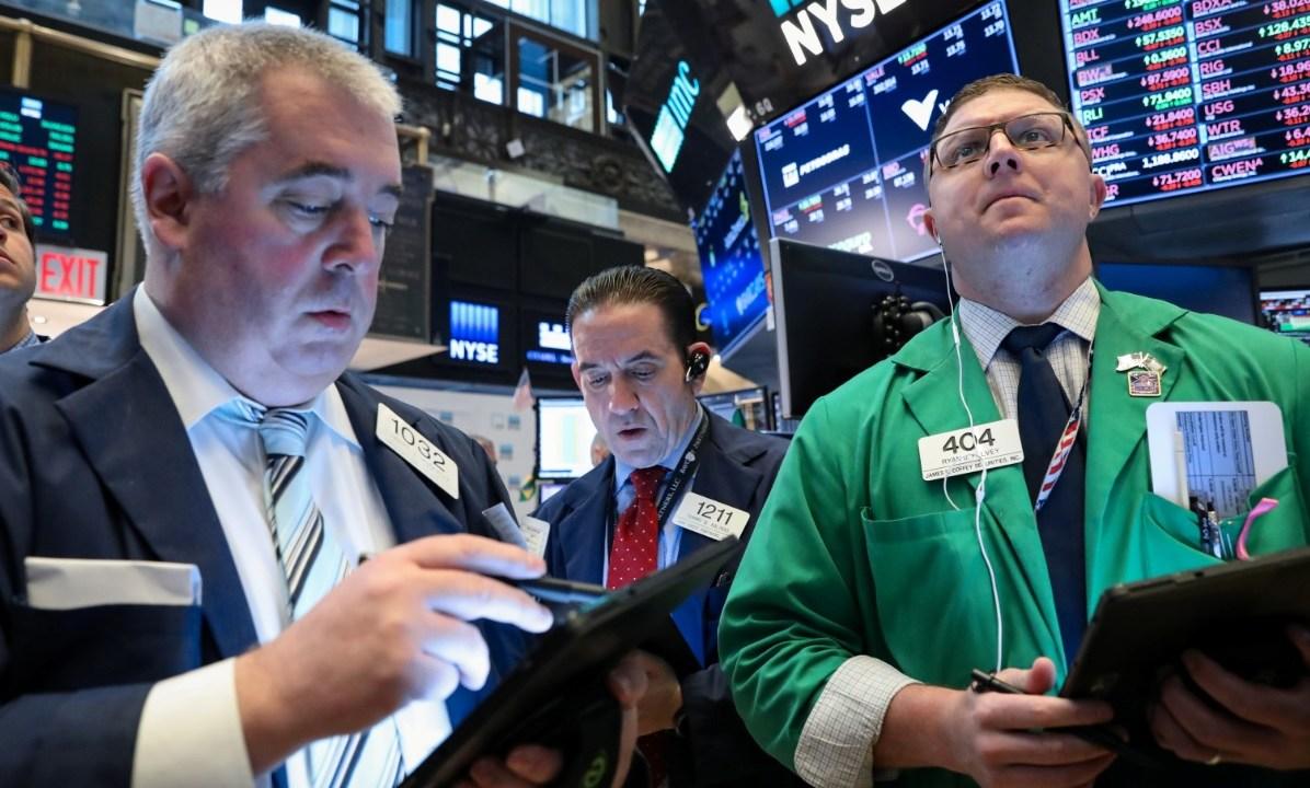 Foto: Comerciantes trabajan en el piso de la Bolsa de Nueva York (NYSE) en Estados Unidos, 16 de abril de 2019 (Reuters)