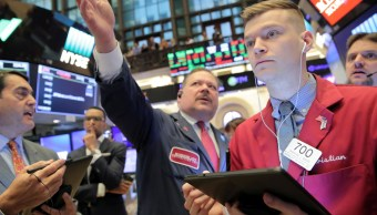 Foto: Los comerciantes trabajan en el piso de la Bolsa de Nueva York (NYSE) en Nueva York, Estados Unidos, 22 de abril de 2019 (Reuters)