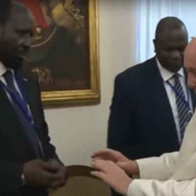 VIDEO: El papa Francisco besa los pies de líderes de Sudán del Sur en nombre de la paz