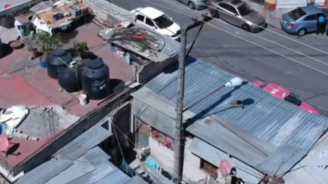Dos familias viven con dos postes de luz desde hace más de dos décadas