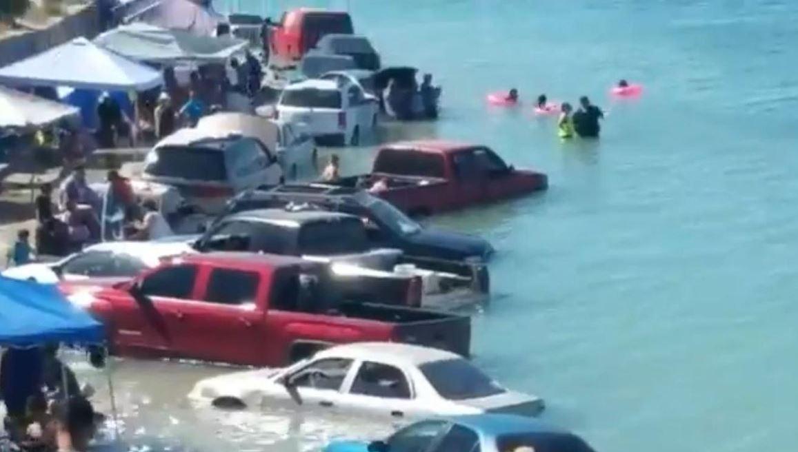 Foto: Decenas de vehículos fueron inundados ante una repentina creciente de mar, en la playa La Cholla, en Puerto Peñasco, Sonora, 21 abril 2019