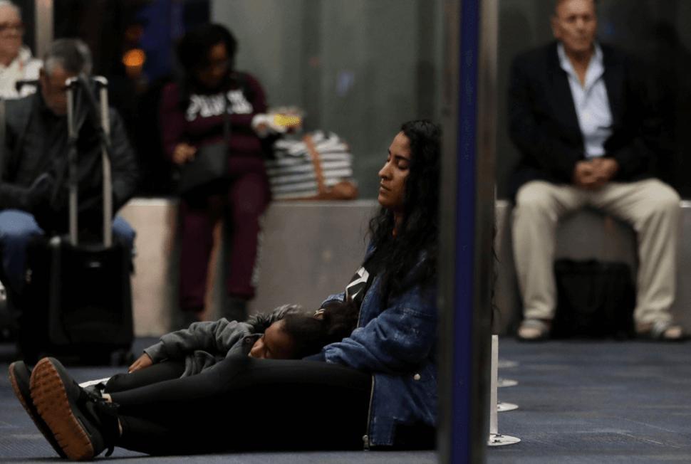 Foto: Pasajeros afectados por falla técnica en aeropuertos de EU, 1 de abril de 2019, Washington