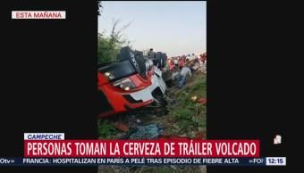 Roban cervezas tras volcadura de camión en carretera Campeche-Mérida
