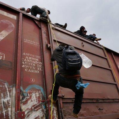 Rescatan a migrante hondureña de ser arrollada por 'La Bestia'