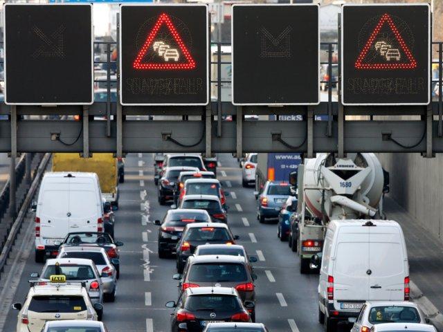 Signos intentan ordenar el tránsito vehicular que pasa por una de las autopistas que llegan eventualmente a la zona centro de Berlin (Reuters)