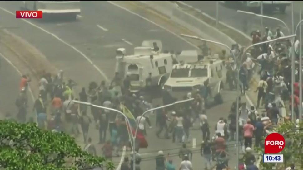 Videos captados desde Caracas captan tanquetas aparentemente militares que atropellan a manifestantes en Venezuela (ForoTV/Captura de Pantalla)