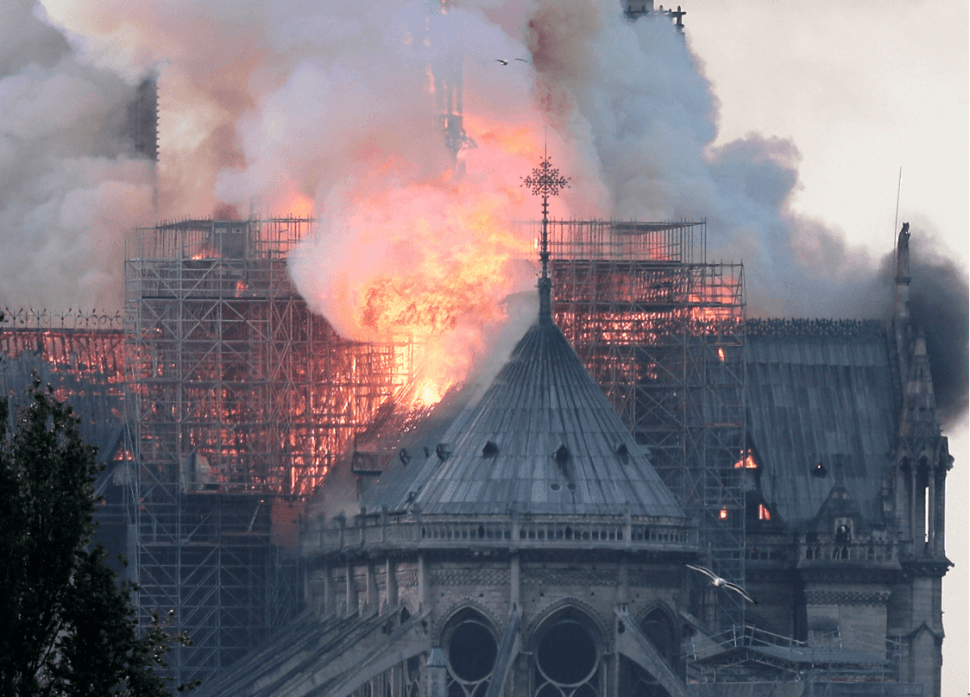 Foto: Techo de Notre Dame se incendia, 15 de abril de 2019, París, Francia