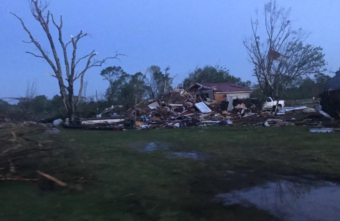 Foto: Al menos 5 personas murieron y muchas otras resultaron heridas por un tornado en el condado de Monroe, Mississippi, abril 14 de 2019 (Twitter: @VortexChasing)