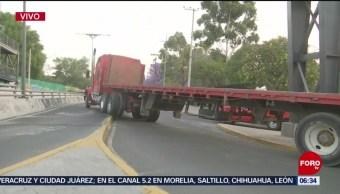 Tráiler se atora en avenida Constituyentes, en CDMX