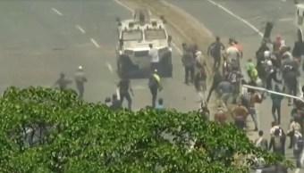 FOTO Tanquetas atropellan a manifestantes en Venezuela (FOROtv 30 abril 2019)
