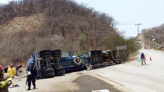 Foto: Vuelca pipa cargada con combustible en Guerrero, 16 abril 2019. (Noticieros Televisa)