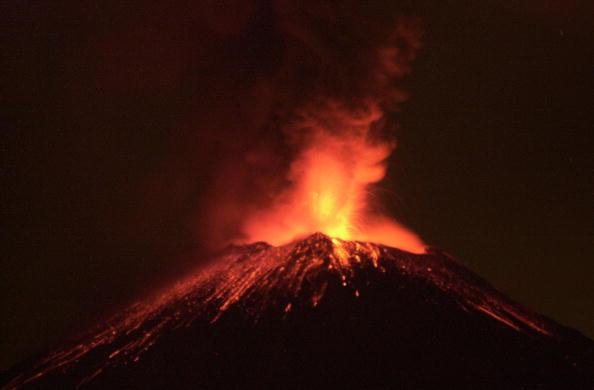 Foto fechada el 19 de diciembre de 2000 del volcán Popocatepetl arrojando rocas y cenizas, 3 abril 2019