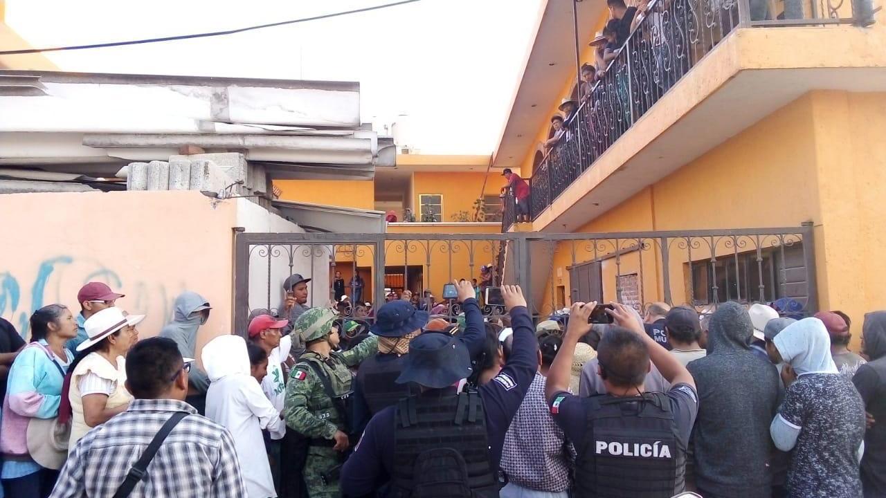 Detienen a hombre que sería linchado por asaltar camión de pasajeros en Puebla