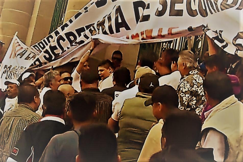 Así fue el zafarrancho entre comerciantes, taxistas y policías afuera del Congreso de la CDMX