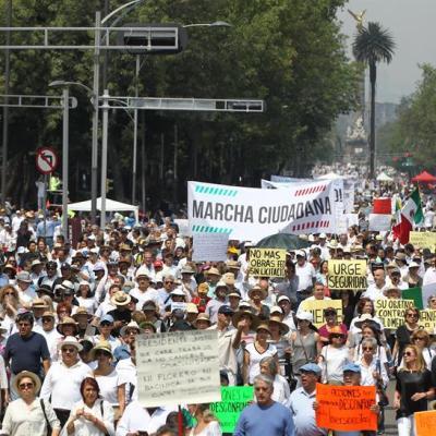 Miles de personas marchan en México contra las políticas de AMLO