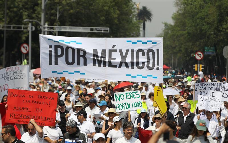 Foto: La gran mayoría de los participantes vestían de blanco y portaban pancartas con consignas en contra de AMLO, el 5 de mayo de 2019 (EFE)