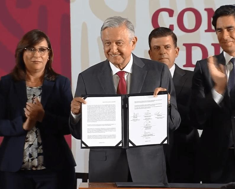Foto: López Obrador muestra acuerdo con bancos para fortalecer Pemex, 13 de mayo de 2019, Ciudad de México